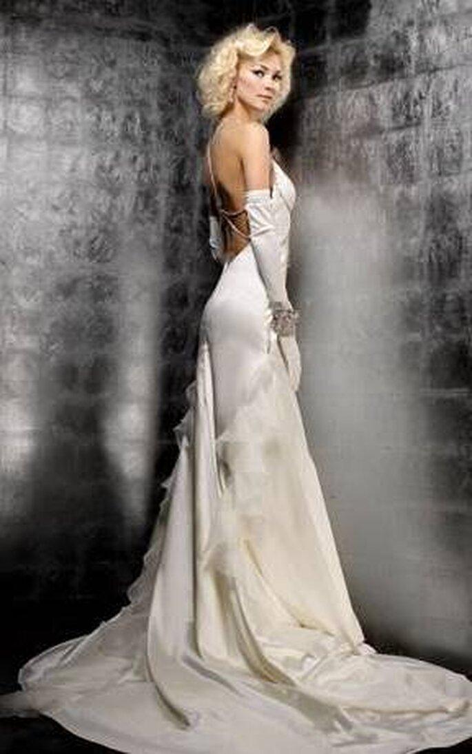 Modello Diamond - raso satin di seta, gioielli Swarovski, pizzi dai riflessi argentati. La scollatura pronunciata della schiena è impreziosita da file di Swarovski
