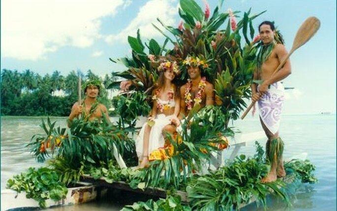 Cosa c'è di più romantico che arrivare a piedi nudi su una spiaggia a bordo di una canoa colma di fiori esotici?