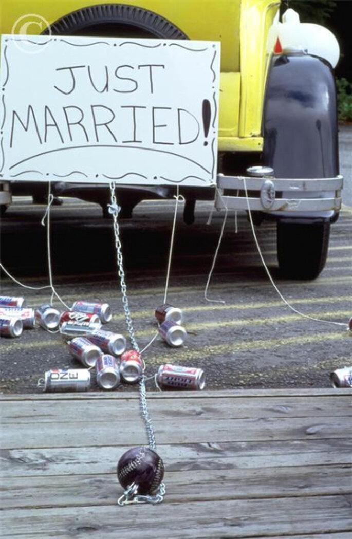 Atar latas a la parte trasera del vehículo que transportará a los novios es la forma más segura de crear una gran fiesta de sonidos contra los malos espirítus