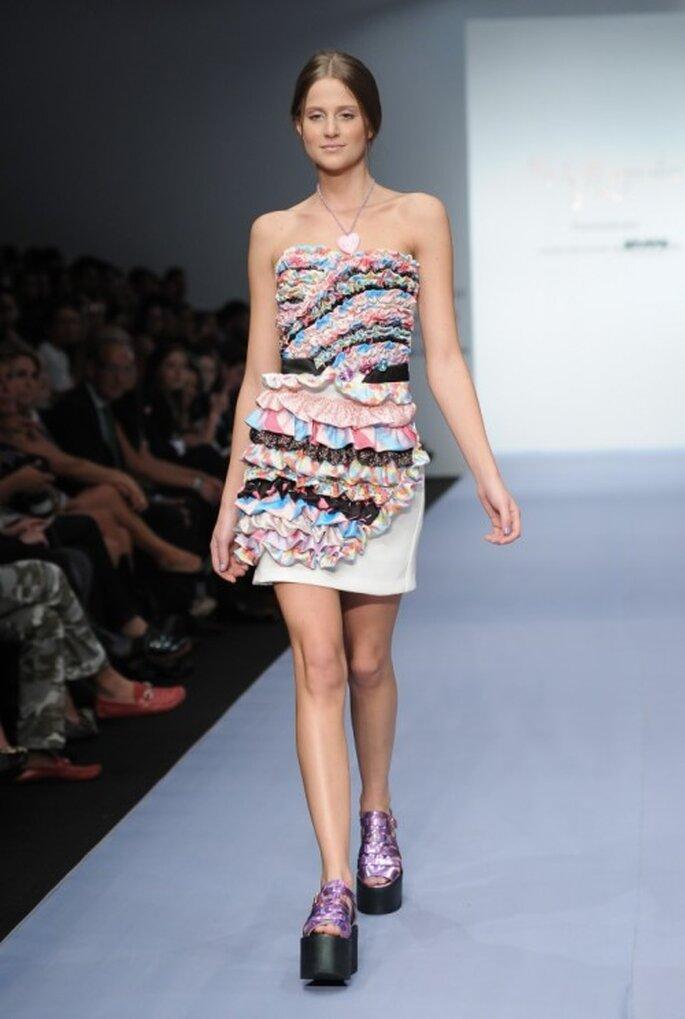 Vestido corto de escote strapless con capeado de textiles multicolor - Foto Mercedes Benz Fashion Week México