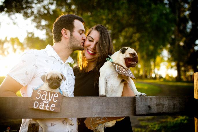Save The Date casal com cães sessão fotográfica