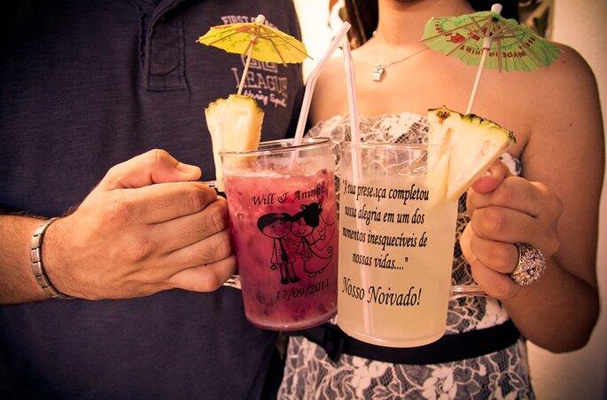 Bicchieri personalizzati che diventano ricordi della festa di fidanzamento. Foto: Mariana Leal