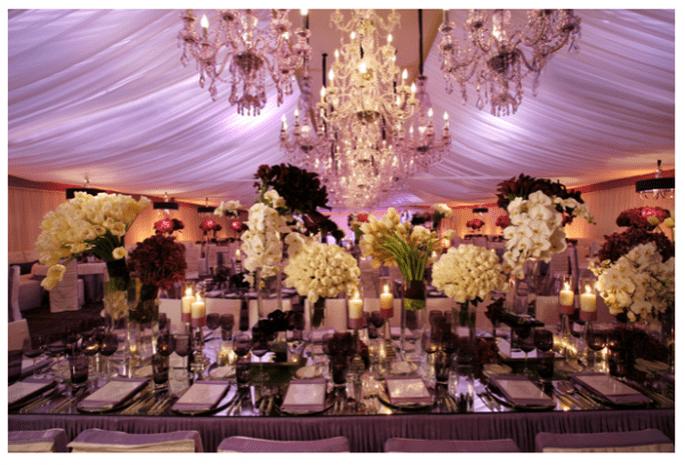 Decoración de boda con elegantes candelabros - Foto Simone and Martin Photography