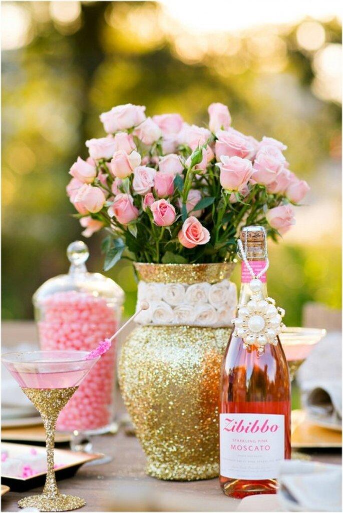 Florero con detalles en color oro en el envase - Foto Set Free Photography
