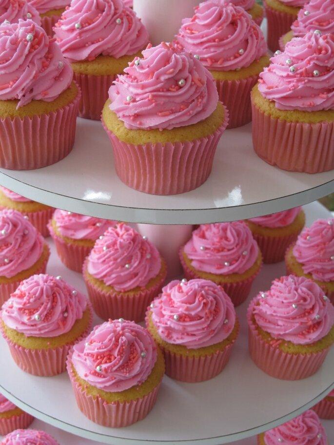 Si vas a decorar tu boda en color rosa, estos son los cupcakes que estabas buscando. Foto: O-Cake American Bakery