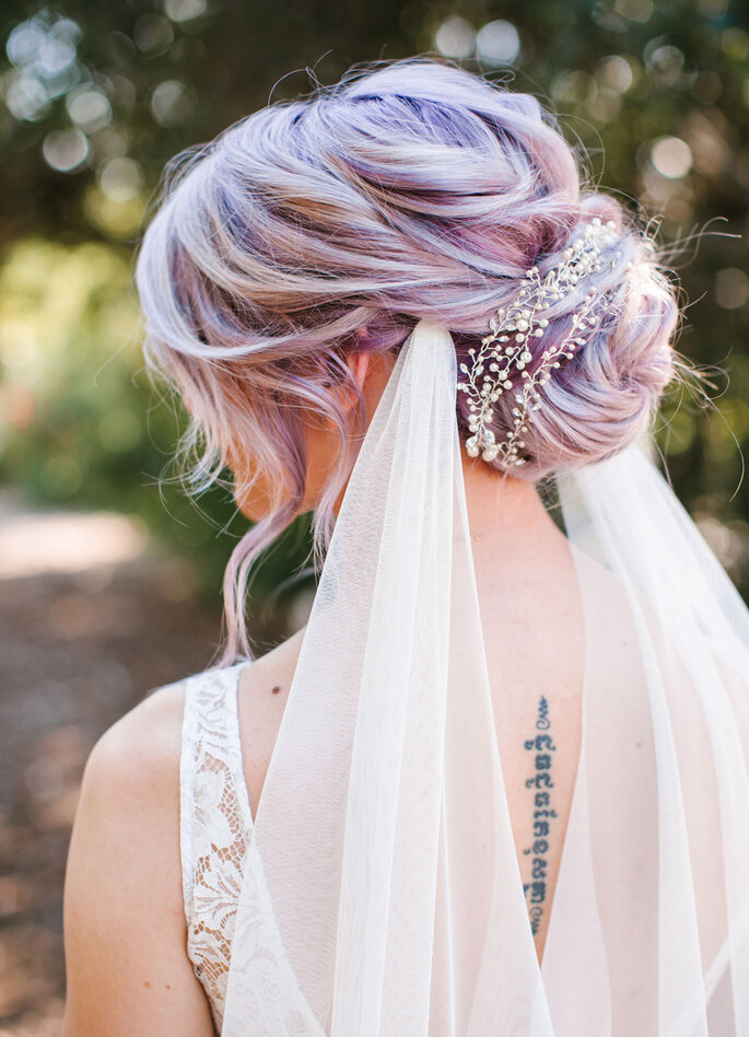 Peinado de novia con moño y adherido al velo