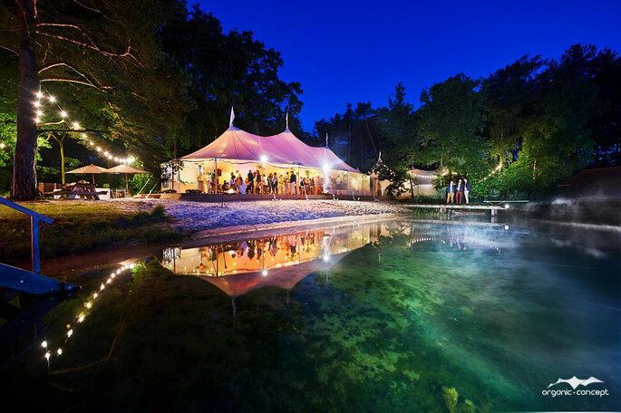 Vue d'ensemble d'une tente Silhouette installée pour la réception d'un mariage
