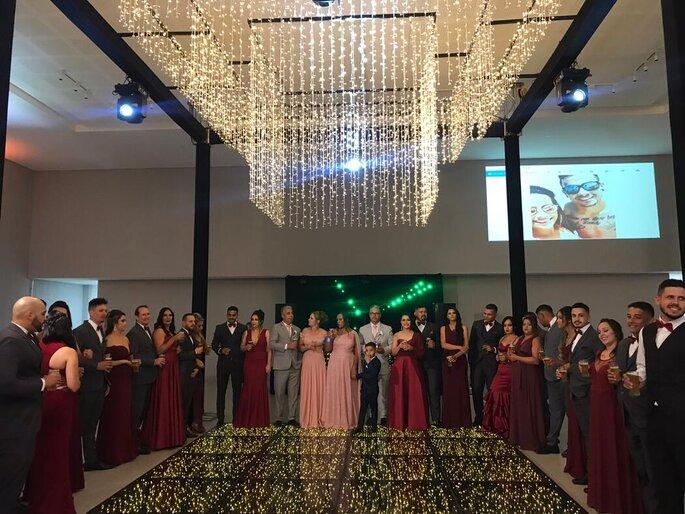 Convidados aguardam os noivos na pista de dança