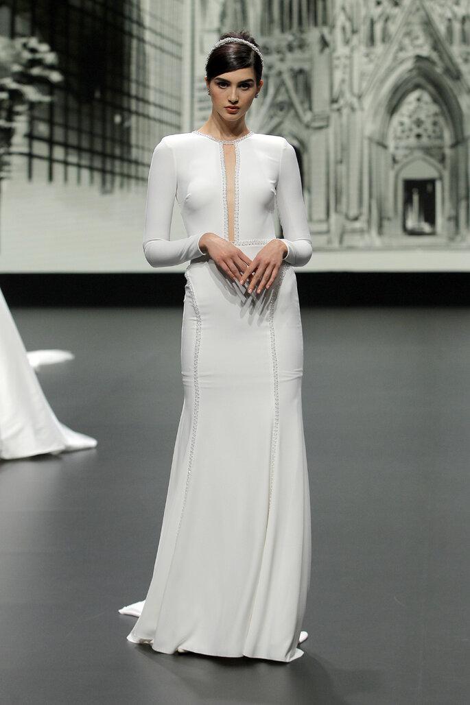 Barcelona Bridal Fashion Week St Patrick vestido de novia entallado con manga larga y abertura en medio como escote profundo