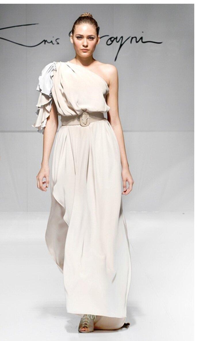 Vestido de fiesta largo a un hombro y con abertura en la pierna, color arena y diseño de pétalos color mármol de crepe de seda con cinturón.