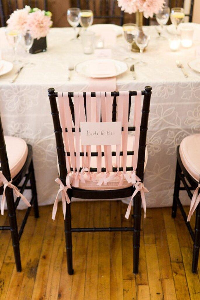 Añade listones en color rosa pastel para las sillas - Foto Steve Steinhardt