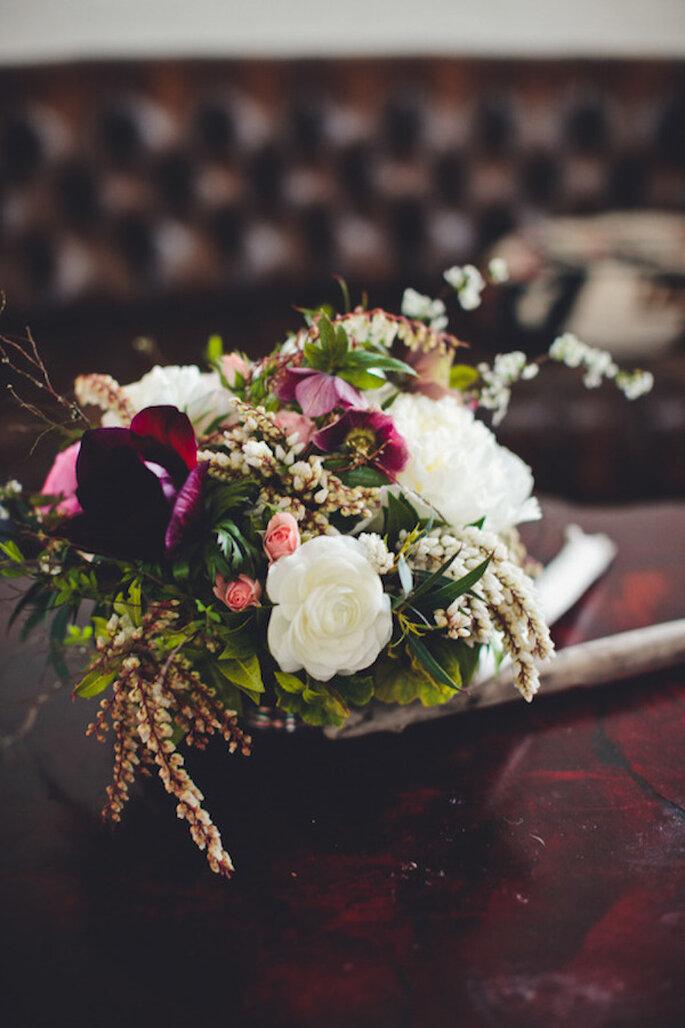 Centros de mesa que magnifican la elegancia de tu boda con tonos intensos - Foto Gabriel Boone Photography