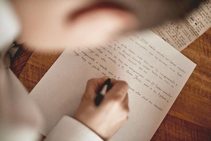 Novio escribiendo sus votos matrimoniales