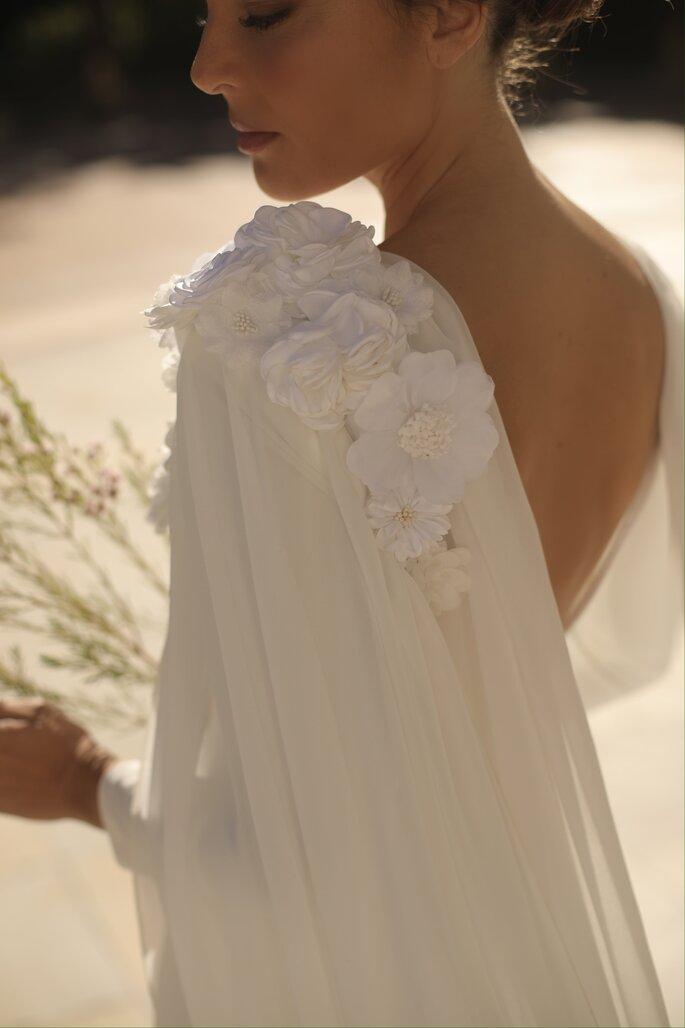 Vestido de novia elegante con apertura por la espalda y cada de tul con detalles florales