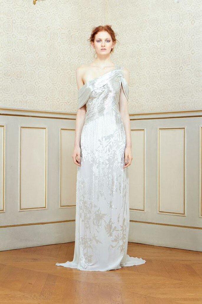 Vestido de novia en color gris blanquecino con escote asimétrico y silueta columna - Foto Rami Al Ali