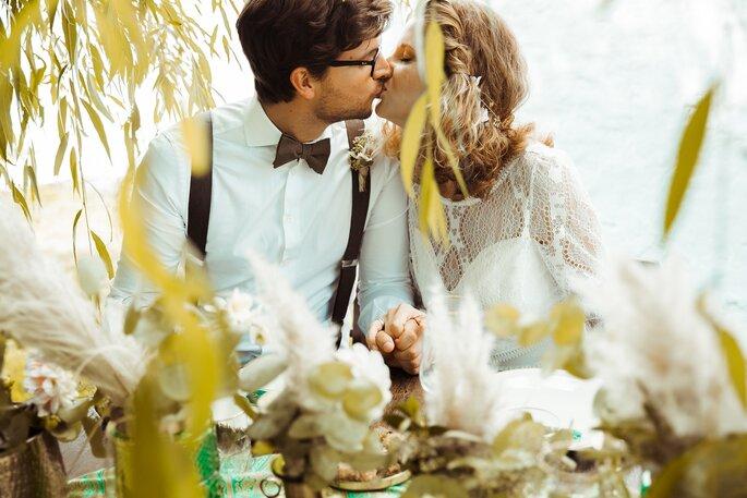 Das Brautpaar küsst sich bei der Oriental Boho Wedding.