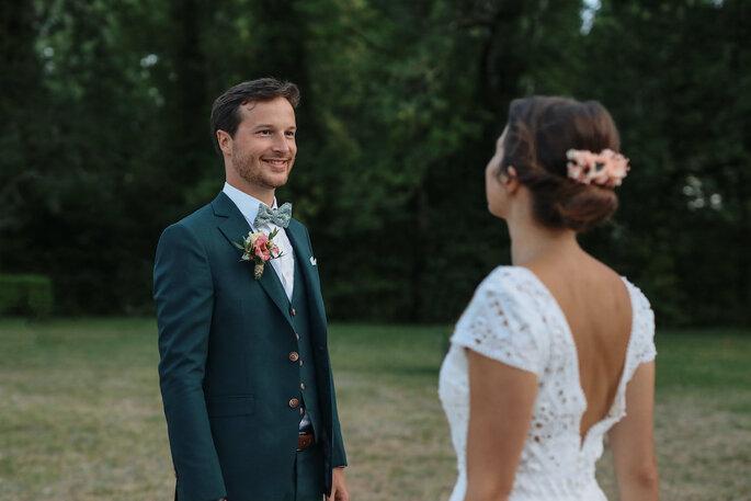 Un homme sourire aux lèvres, regarde sa femme dans les yeux.