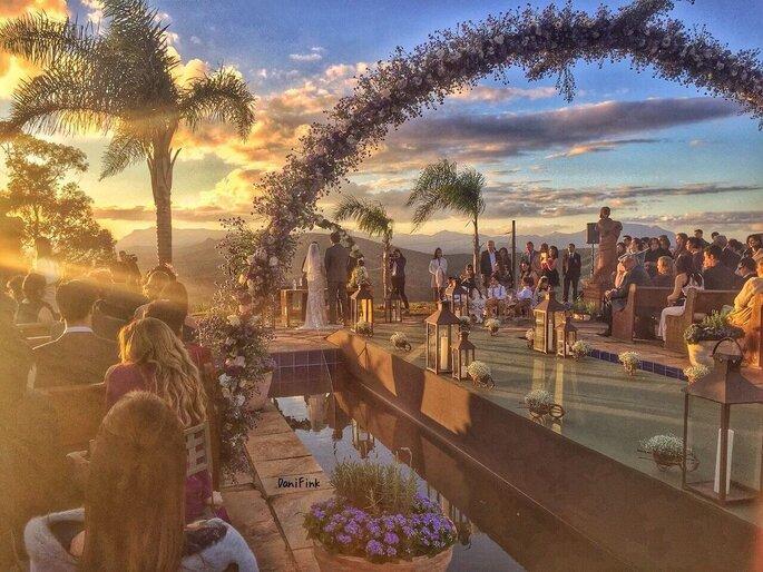 Linda cerimônia ao pôr do sol