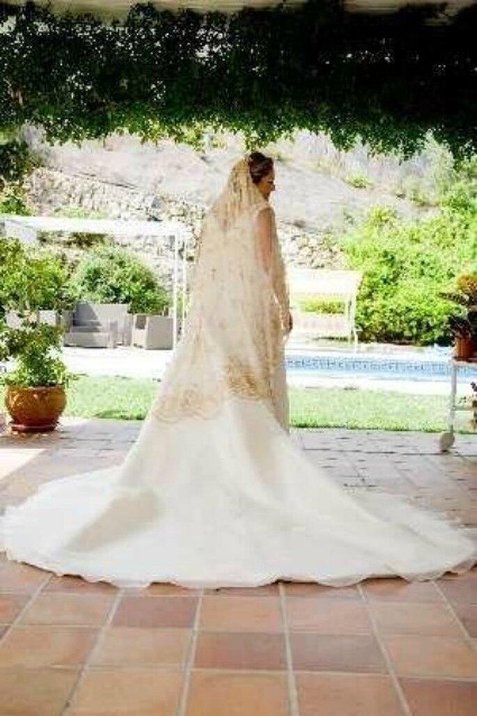 Vista por detrás del vestido de novia de Sole. Habéis visto lo bonita que es la mantilla !!!