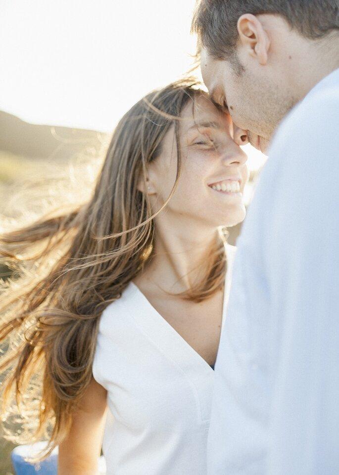 casal de namorados rapariga cabelos ao vento
