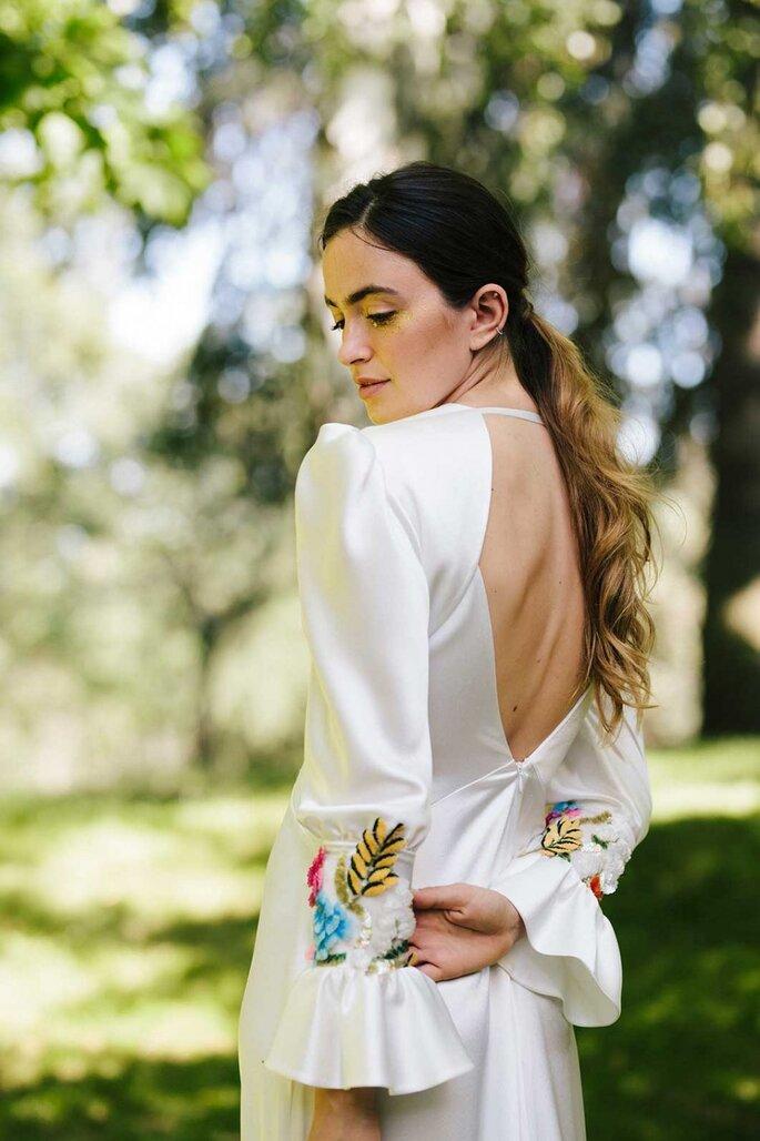 Vestido de novia para boda civil Beba´s Closet Vestido en raso de cortes geométricos, con opción de bordado 3D en mangas. Gran escote pico delantero y espalda, manga con frunce en hombro, abullonada y puño en antebrazo acabada con volante capa. Falda ligeramente evasé.
