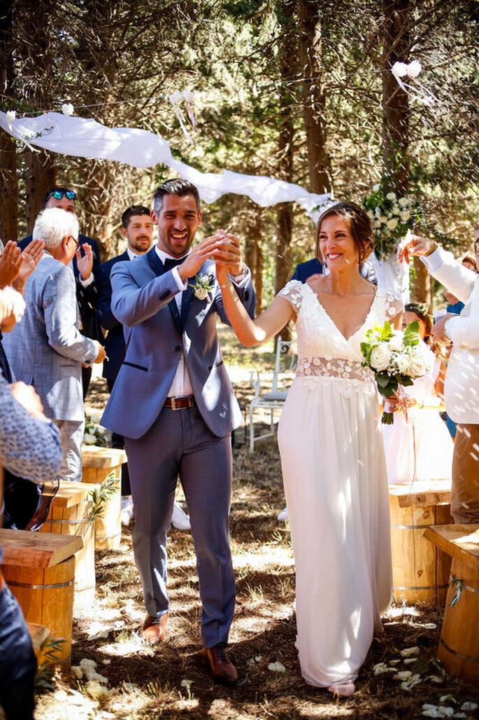 Deux mariés heureux de célébrer leur union !