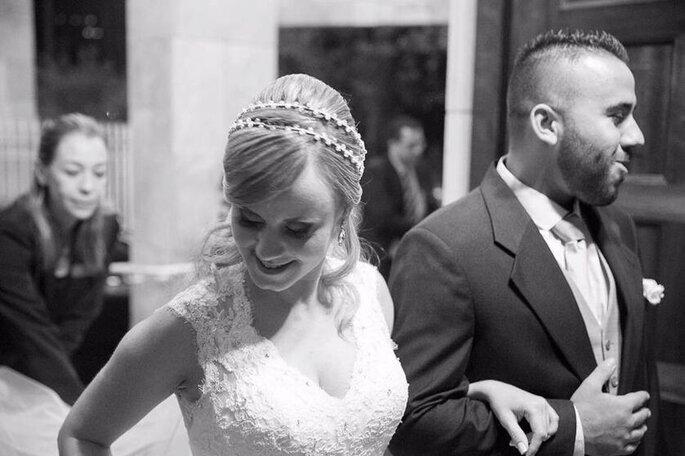Cerimonialista ajeita a noiva na entrada da igreja