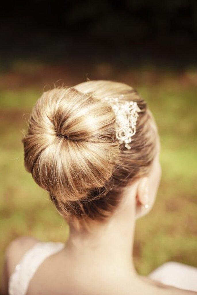 Der Dutt ist bei Brautfrisuren besonders beliebt – Foto: yourphoto.de