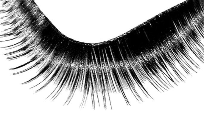 Künstliche Wimpern für Bräute, die nicht gewohnt sind, sich sonst zu schminken. Foto: Rike / pixelio.de