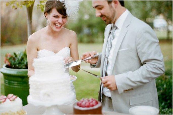 Cómo elegir un delicioso pastel de bodas - Foto Ryan Ray en Wedding Chicks