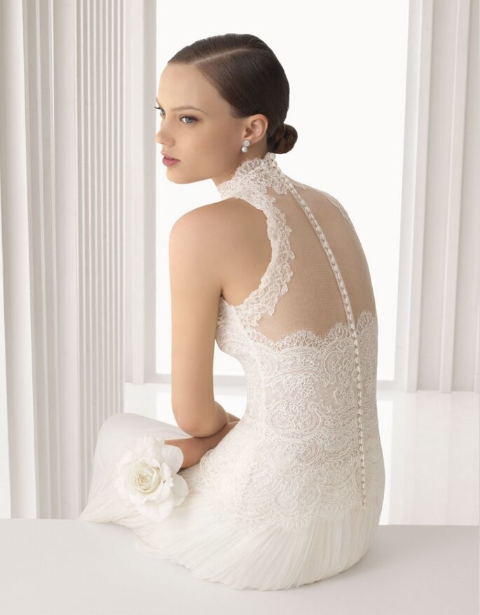 Vestito da sposa in tulle e pizzo con collo alto e schiena in primo piano. Collezione Rosa Clará