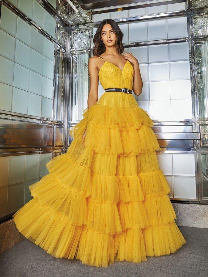 vestido de festa comprido amarelo com folhos e corpo de alça fina Pronovias 2021