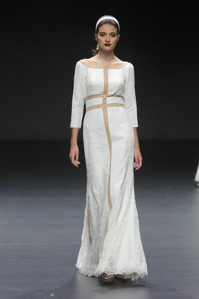 Vestido de novia con estilo griego y líneas transversales