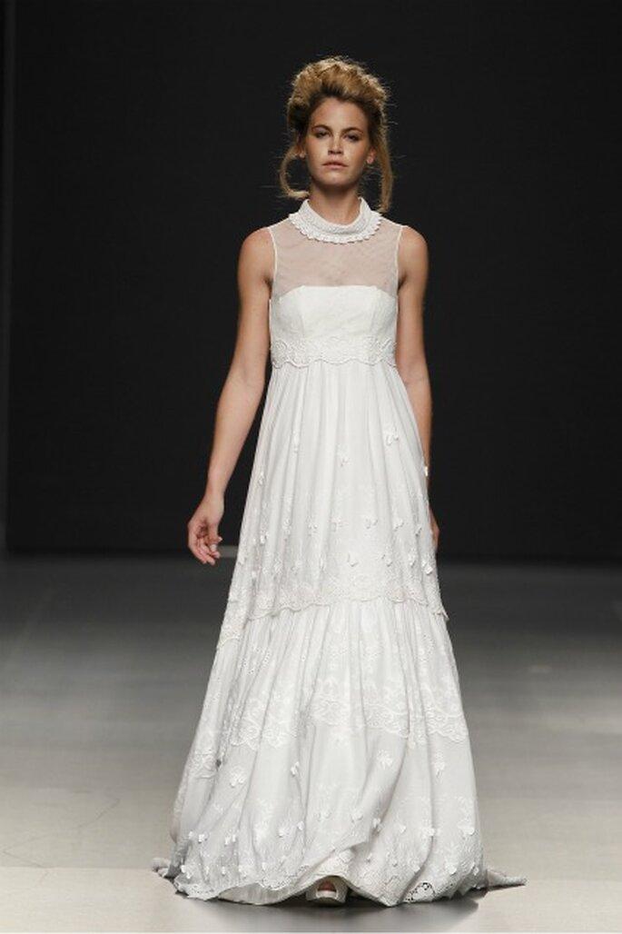 Vestido de novia Pol Nuñez 2012 con cuello y pequeños adornos que le dan un aire romántico - Ugo Camera / Ifema