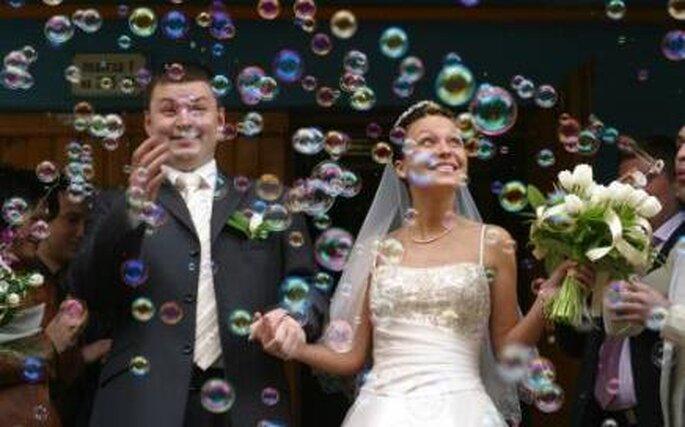 Sortie des mariés sous une pluis de bulles