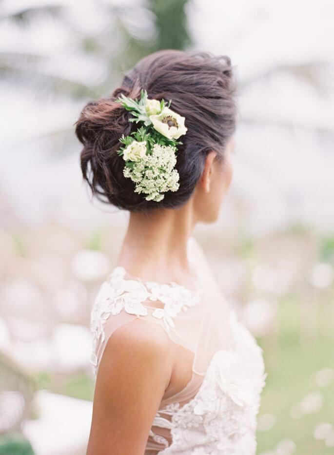 Peinado de novia con tocado de flores