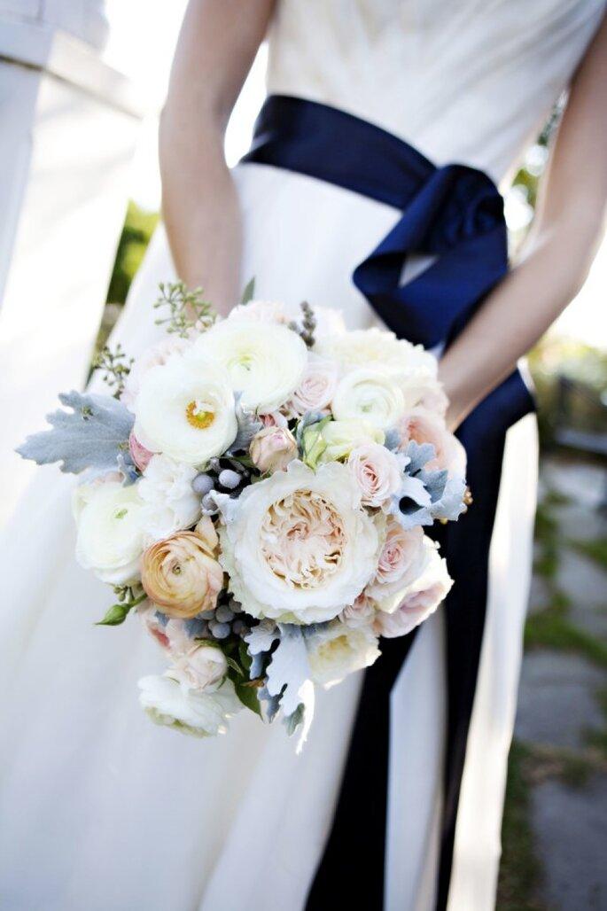 La magia del rosa pastel y el azul polveado en tu ramo de novia - Foto Adeline & Grace Photography