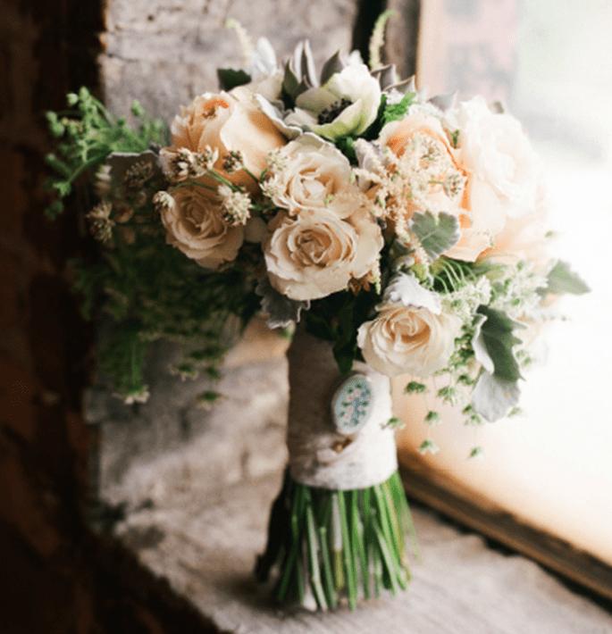 Elige un diseño así en tu ramo de novia para tus fotos de boda estilo vintage - Foto Jen Lynne