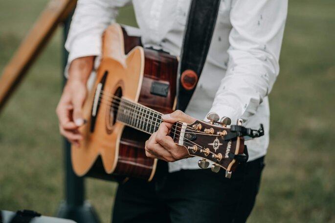Gitarrenspieler während Zeremonie