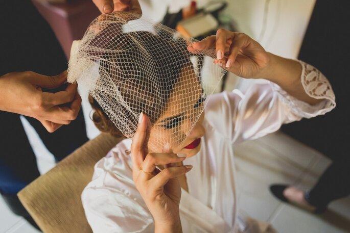Acessórios de cabelo da noiva: Schimidt Pedras. Foto: Noz Fotografia