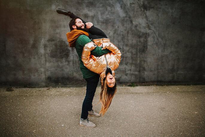homem pega em mulher ao contrário casal divertido