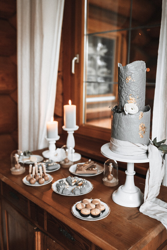 Intime Hochzeit, Eleganz trifft auf rustikalen Flair Hochzeitstorte