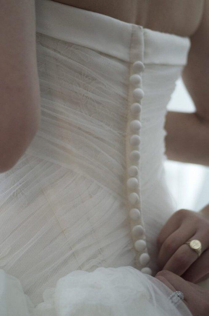 Detalles elegantes en la espalda de un vestido de novia - Foto Zac Posen Facebook