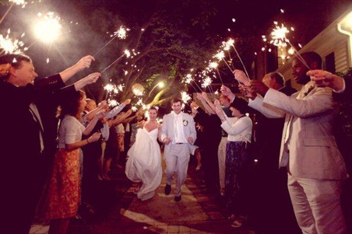 Arrivée des mariés sous une haie d'honneur de cierges magiques : romantique à souhait - Photo : simply bloom photography