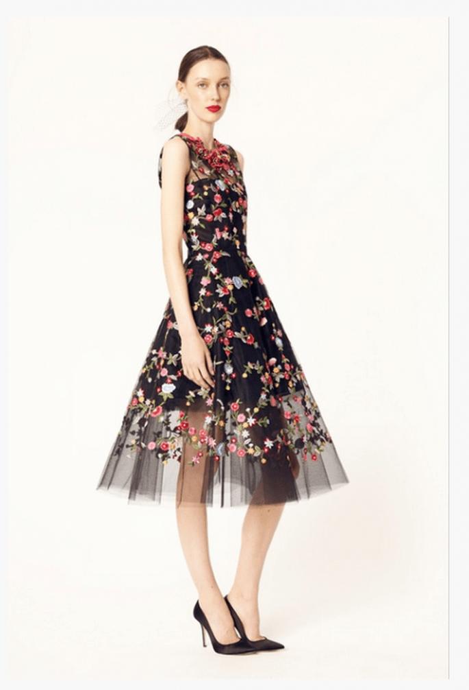 Vestido de fiesta 2014 en color negro con detalles de flores multicolor - Foto Oscar de la Renta