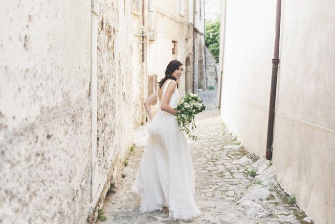Sposa con bouquet nella stradina del paesino