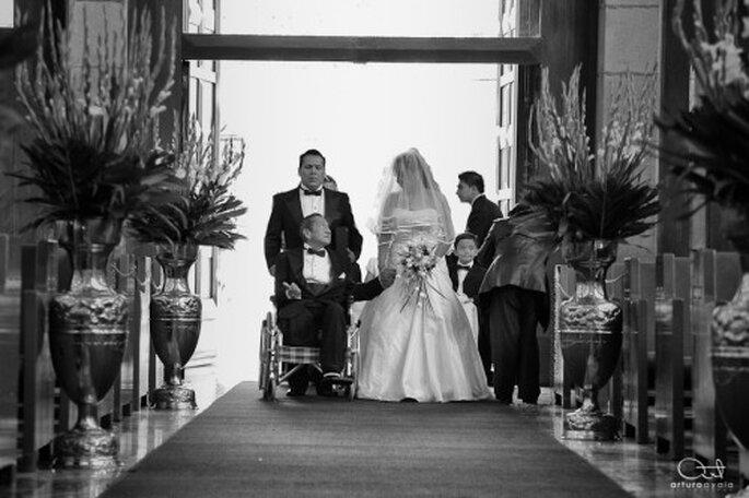 Fotografía artística de boda durante la ceremonia religiosa - Foto Arturo Ayala