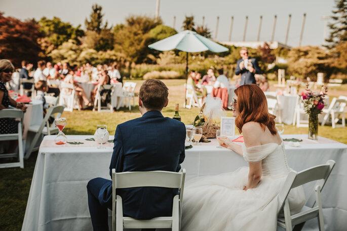 Brautpaar sitzt draußen