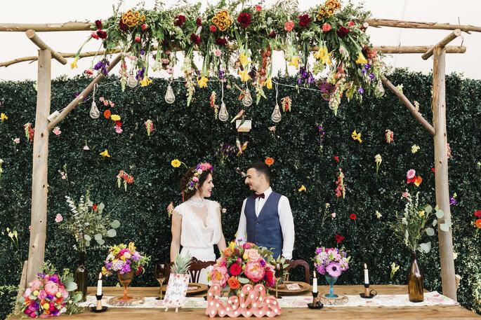 Noivos com enquadramento florido noiva coroa de flores