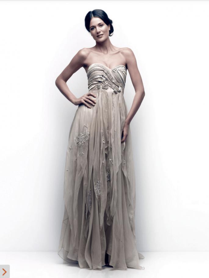 Vestido de novia en color oscuro con escote strapless y falda con retazos de tela desiguales - Foto Catherine Deane
